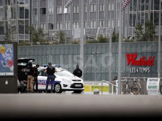 Última hora: Un hombre armado con Kaláshnikov amenaza París