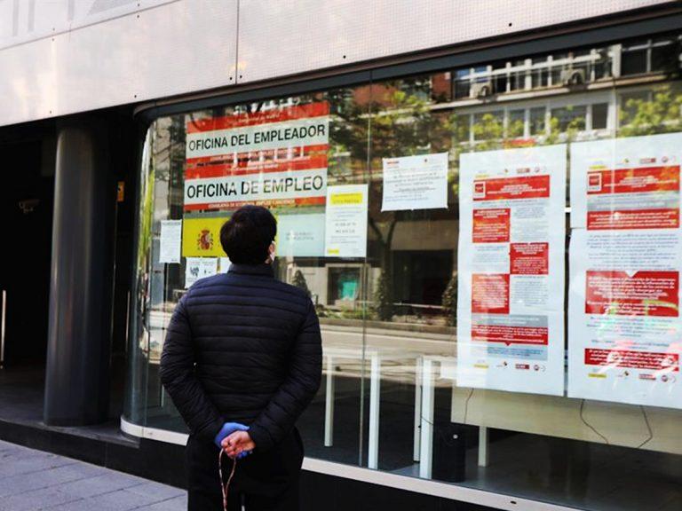 Hombre frente una oficina del SEPE en la nueva realidad. La OCDE advierte que la extensión de los ERTE puede ser perjudicial para la economía.