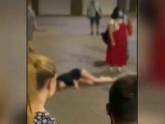 Una joven se desmaya en Granada. Nadie le presta ayuda.