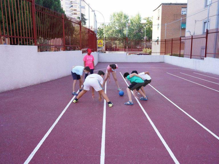 Jugar a vencer al coronavirus es la estrategia didáctica de un campamento madrileño.
