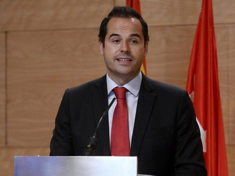 Madrid hará obligatorio el uso de la mascarilla permanente si el Gobierno central no controla más Barajas.