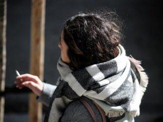 Galicia prohíbe fumar en la calle y terrazas sin distancia social