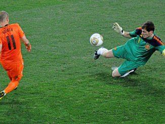 Iker Casillas anuncia su retirada. Una de sus paradas más legendarias, el pie a Robben en la final de Sudáfrica.