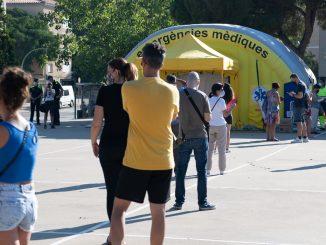 Cola a la entrada de la carpa en Sabadell