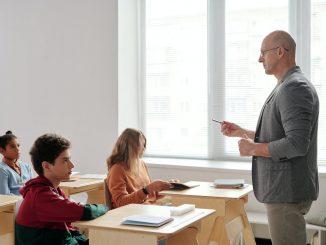 prefesor dando clase en un colegio