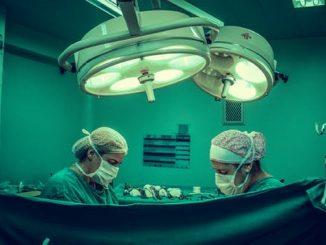 Enfermeros trabajando en la cura de un paciente