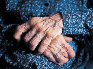 Una anciana pide «auxilio» mientras se vacuna por estar secuestrada