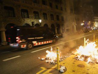 Disturbios con la Policía tras las marchas negacionistas de Barcelona y Burgos.