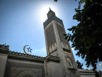 Francia cierra mezquita en París tras el asesinato del maestro