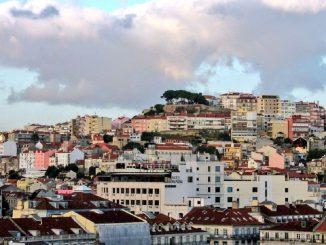Portugal hace obligatoria la mascarilla y confina a sus municipios