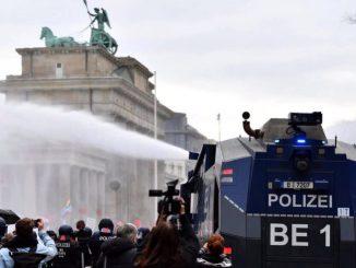 La Policía usacañones de agua contra protestantes en Berlín