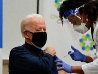 Joe Biden se pone en público la vacuna del Covid-19