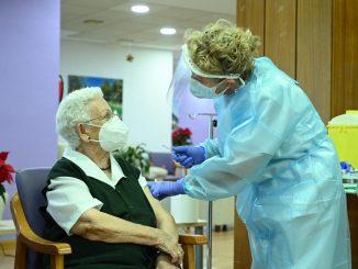 Araceli, de 96 años, primera persona vacunada en España