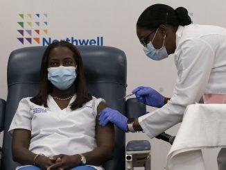 Enfermera de Nueva York es la primera en recibir la vacuna del Covid-19