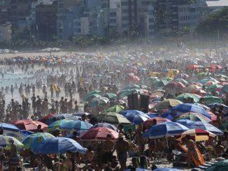 Alarmante aglomeración de personas en playas de Brasil