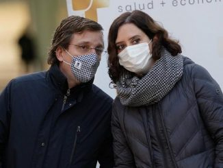 Ayuso subcontrata a Cruz Roja para la vacunación en Madrid
