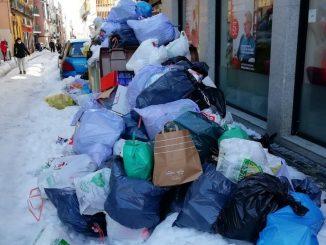 Caos en Madrid: hielo y basura se acumulan en las calles