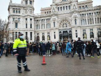 Negacionistas se manifiestan en el centro de Madrid sin mascarillas