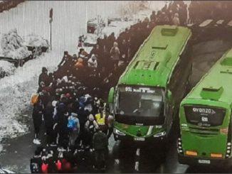 Colapsos por multitud de gente en el acceso a la sierra de Madrid