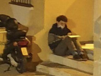 ¿Quién es el joven repartidor que estudia bajo una farola?