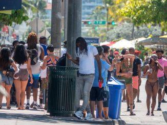 Aglomeraciones en las playas de Miami por el «spring break»