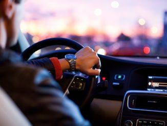 Conducir con el móvil en la mano conllevará perder 6 puntos del carné