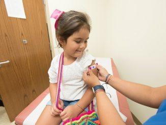 ¿Es seguro y eficaz vacunar a los niños?