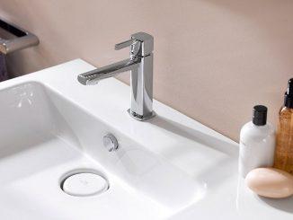 Truco de vaso con agua para evitar contagio de covid en el baño