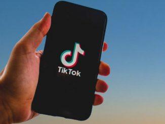 Un móvil con la app Tik Tok instalada