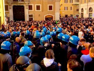 Disturbios en Italia en protestas de comerciantes por restricciones