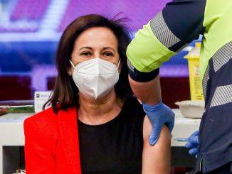 Margarita Robles, segunda ministra en recibir la vacuna