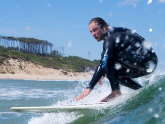 Surfista en Australia descubre que tiene 48 hijos por donar su esperma