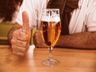 Cerveza gratis, mostrando el carné de vacunación contra el Covid-19