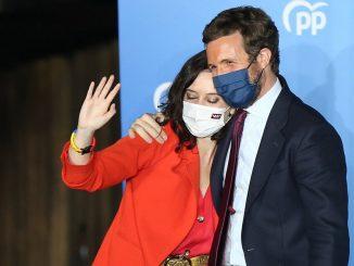 La pulsera que Ayuso lució en su celebración de la victoria en las elecciones de Madrid.