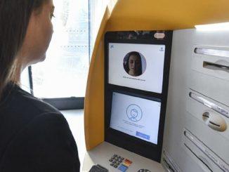 Mujer usando un cajero de CaixaBank