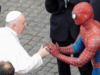 'Spiderman' visita inesperadamente al papa Francisco en el Vaticano