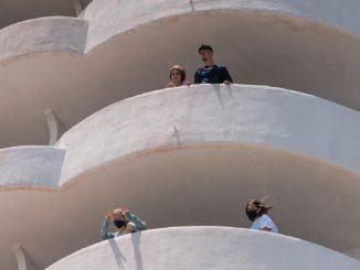 Estudiantes asomados al balcón en Mallorca