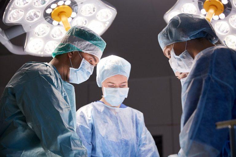 Por infección en la muela del juicio, una mujer es operada del cráneo