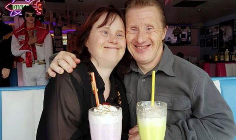 Pareja con síndrome de Down se ama con locura: llevan 22 años casados
