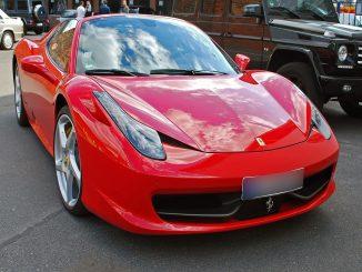 Quiere comprarse un Ferrari pero se ríen de él: he aquí el motivo