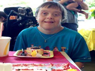 Una mujer con síndrome de Down recibe una fiesta de jubilación sorpresa
