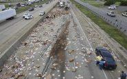 Un camión pierde su remolque: la carretera es invadida por las pizzas