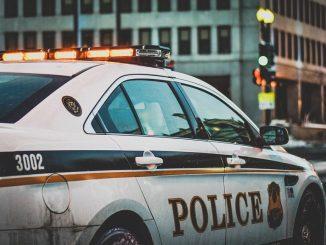 Una policía en Estados Unidos desayuna con un indigente