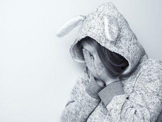 Un niño muere por una capucha