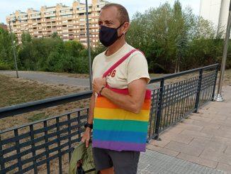 Una niña es acosada en Vitoria por llevar una bolsa LGTBI