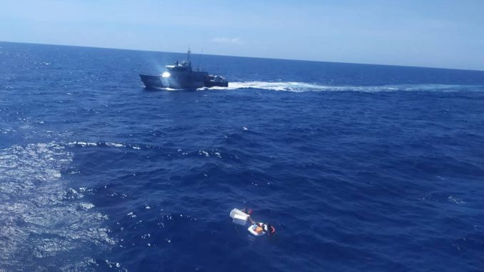 rescatan en altamar dos niños
