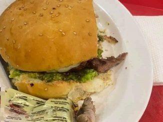 Dedo humano en la hamburguesa