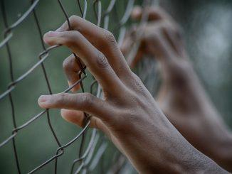 hombre regresa a prision despues de escapar hace 30 anos