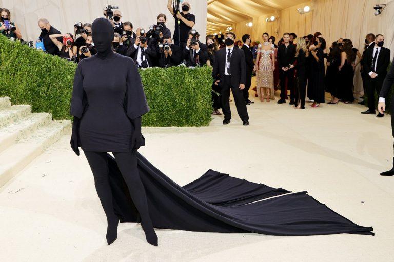 Kim Kardashian vestida de negro y con la cara tapada en Met Gala 2021
