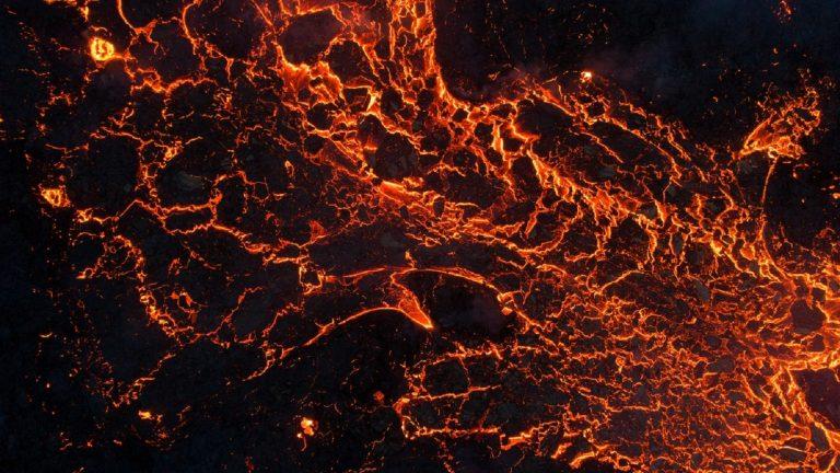 Lava volcánica en contacto con el agua del mar